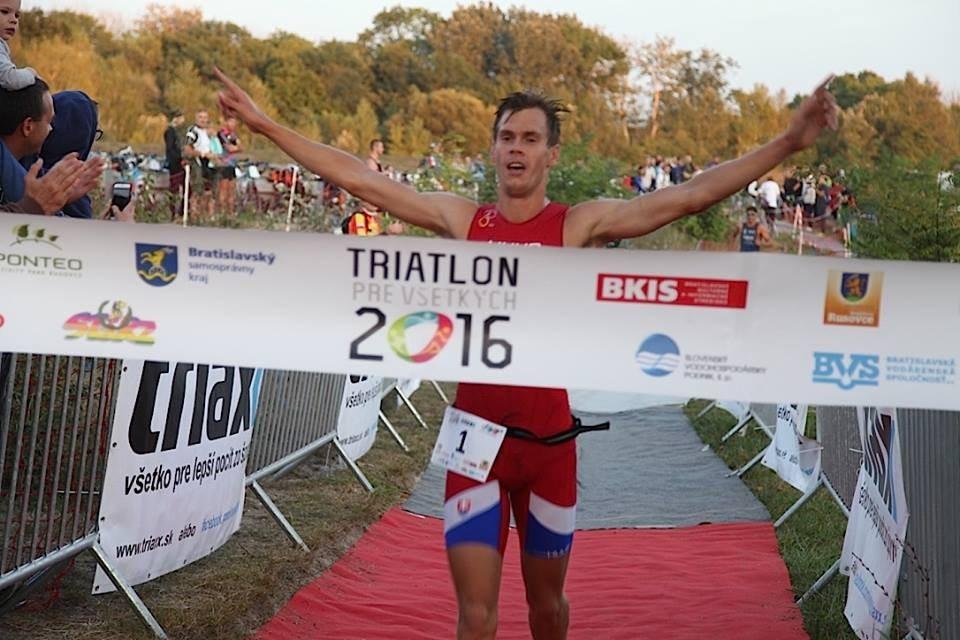 výťaz triatlónu prebieha cielom