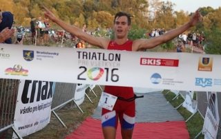 výťaz triatlónu prebieha cieľom