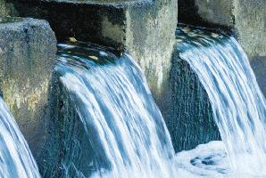 voda pretekajúca cez priehradu